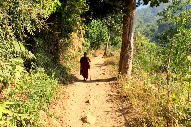 Peregrino birmano subiendo descalzo a la Roca Dorada