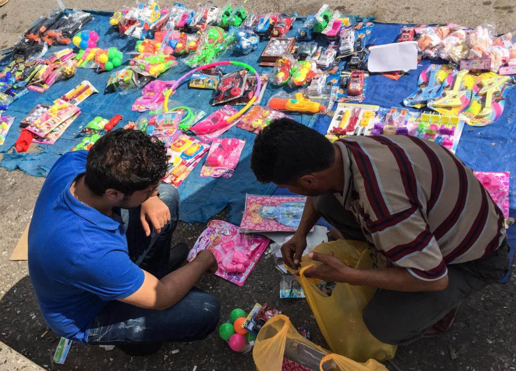 Comprando juguetes para los niños refugiados