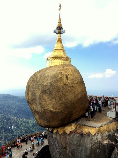 Locales birmanos rezando y venerando a la Roca Dorada en Mount Kyaiktiyo