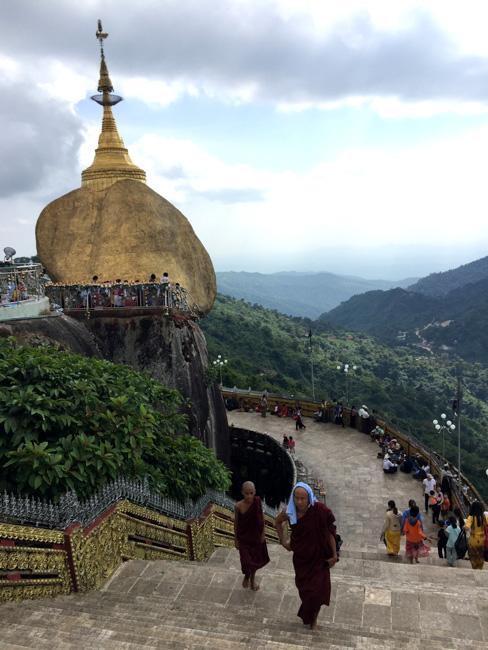 Vistas del verdoso monte Kyaiktiyo desde la Roca Dorada