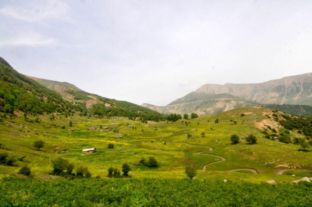 Las montañas de Masuleh tienen vastas llanuras verdes, con flores, un río y cabañas donde viven los pastores
