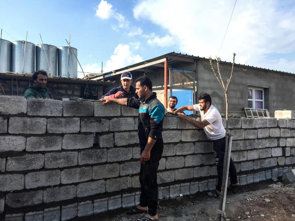 Refugiados construyendo sus nuevas casas