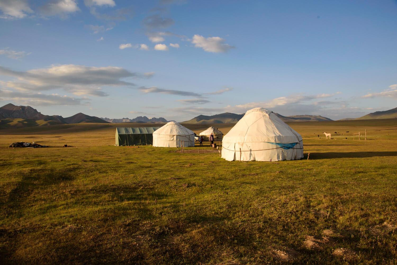 Un campo de yurts en el lago Song Kul