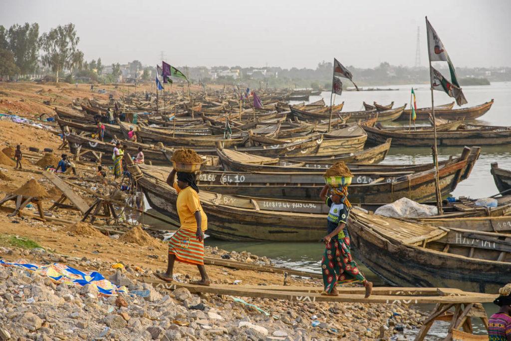 Sand collectors Bamako Niger River